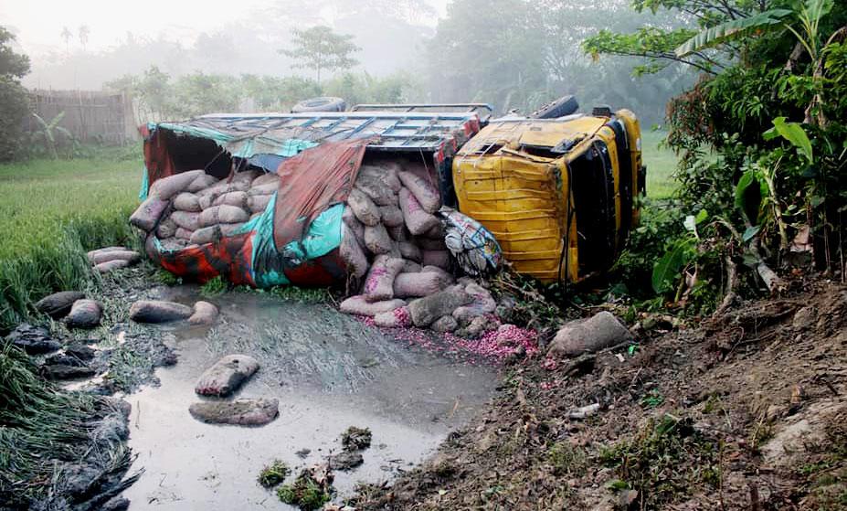 আগৈলঝাড়ায় মালবাহী ট্রাক উল্টে দুর্ঘটনা