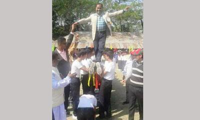 শিক্ষার্থীদের পিঠে চেয়ারম্যান, ফেসবুকে নিন্দার ঝড়