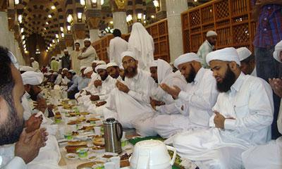 প্রতিদিন প্রায় ১২ লাখ মুসল্লি  ইফতার করেন এই মসজিদে