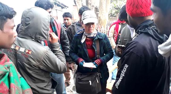 ফেরি করে স্যামসাং সেট বিক্রি করছেন বিদেশী নারী