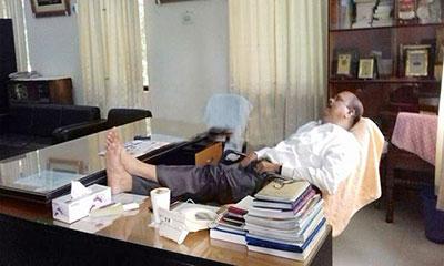 টেবিলে পা রেখে ঘুমাচ্ছেন অধ্যক্ষ, চলছে আলোচনা-সমালোচনা