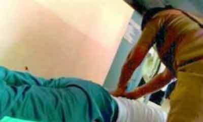 থানায় নারী সহকর্মীকে দিয়ে মাসাজ করাচ্ছেন পুলিশ অফিসার