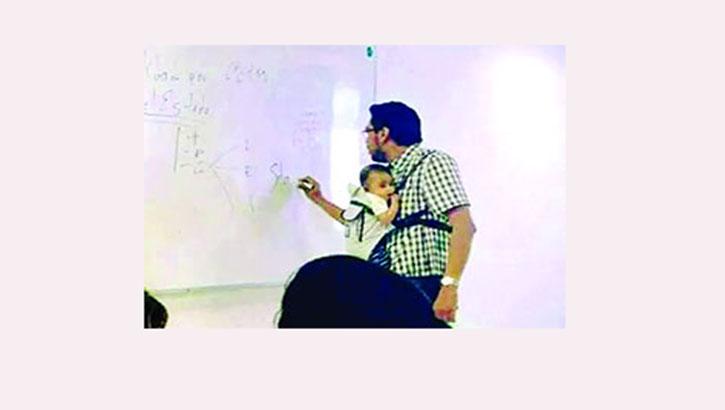 নর্থ সাউথ বিশ্ববিদ্যালয়ে সন্তান বুকে নিয়ে শিক্ষকের ক্লাস