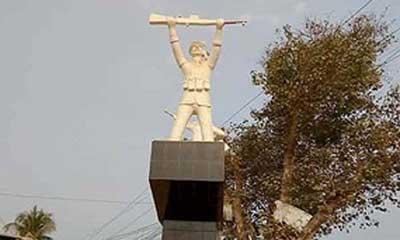 মান্দায় পাকিস্তানি সেনার আদলে ভাস্কর্য
