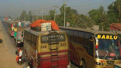 তীব্র যানজটে থমকে গেছে ঢাকা-টাঙ্গাইল মহাসড়ক