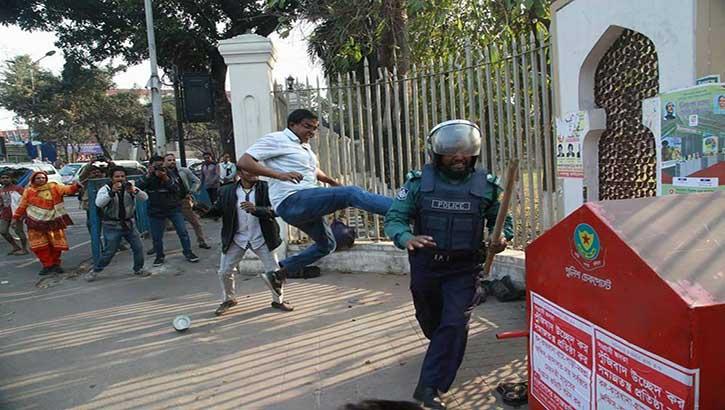 প্রিজন ভ্যানে হামলা ঘটনায় বিএনপি নেতাকর্মীদের বিরুদ্ধে মামলা
