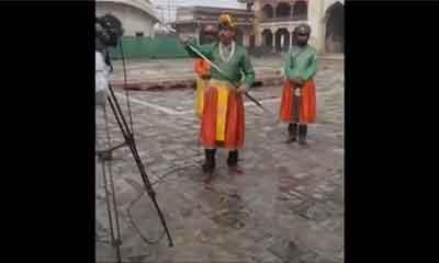 রাজার পোশাকে হাতে তলোয়ার নিয়ে রিপোর্টিং