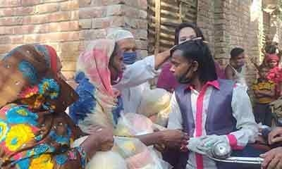 ৫০০ পরিবারকে চাল-ডালসহ নিত্যপণ্য দিলেন হিরো আলম