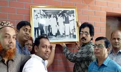 'হেঁটে টিএসসিতে প্রবেশ করলেন বঙ্গবন্ধু'