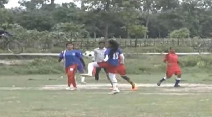 ড্রেসিংরুম তালাবদ্ধ, খোলা মাঠেই পোশাক পরিবর্তন করে নারী ফুটবলাররা