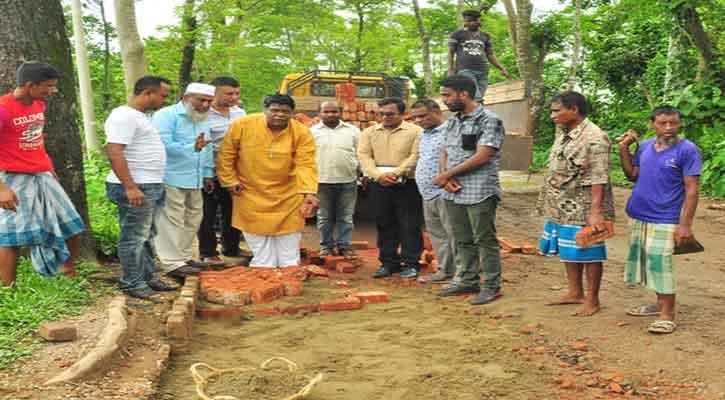গর্ত ভরাট কাজের উদ্বোধন করলেন নুনু মিয়া