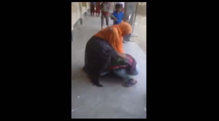 স্কুলের বারান্দায় ফেলে শিক্ষিকাকে বেধড়ক মারধর